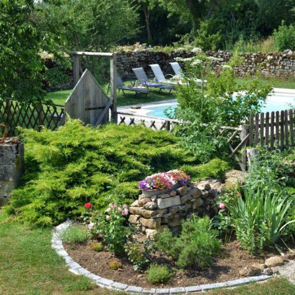 Jardin piscine et les alentours la roserie chambres d 39 h tes for Piscine et jardin marseille 2017